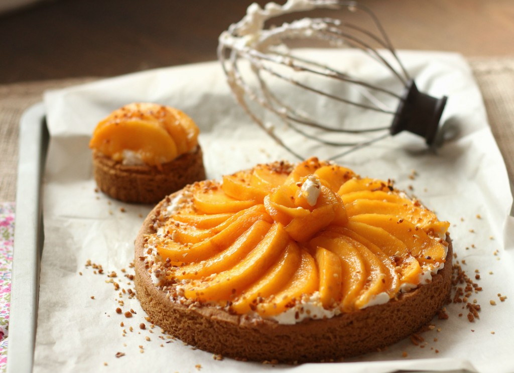 tarte sablée breton, mascarpone fouetté et nectarines | the happy